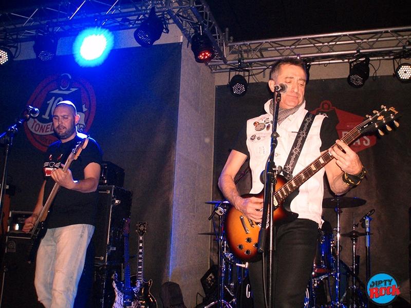 Bajo el suelo abriendo el concierto de The Godfathers en Valencia