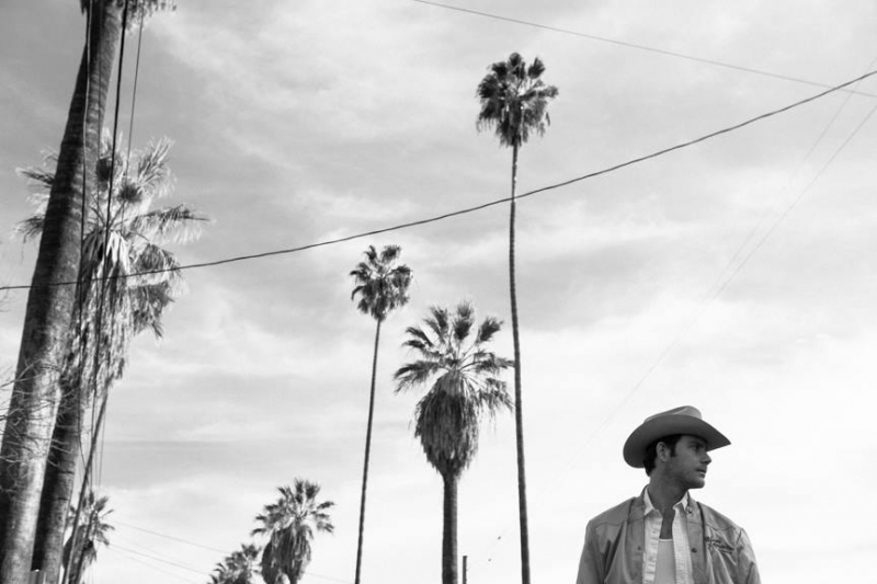 Sam Outlaw debuta con Angeleno, un vaquero en Los Angeles