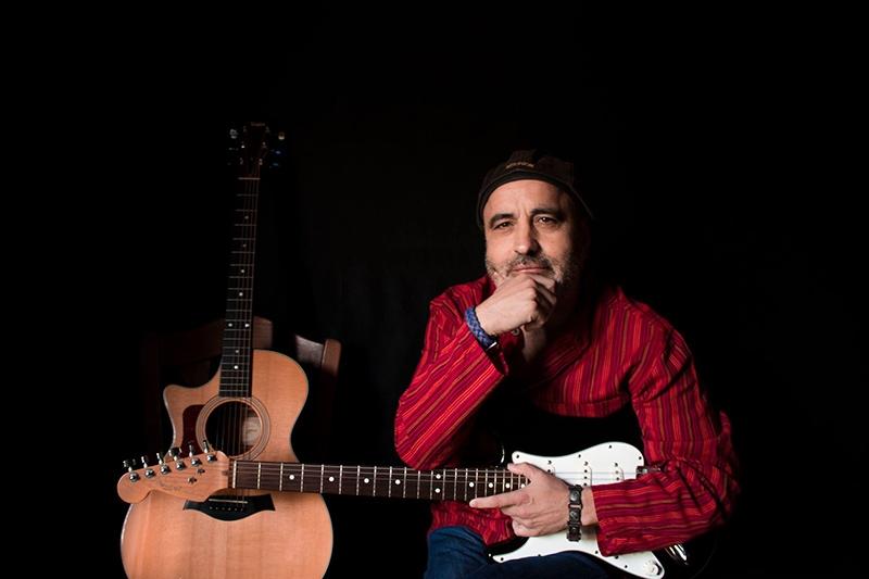 Víctor Aneiros Un Extraño entre la Multitud, publica nuevo disco