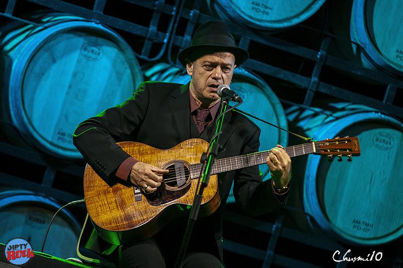 Juan-Perro-y-su-música-entre-barricas.