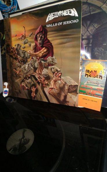 """Helloween en 1985 debutaron discográficamente con su magnífico mini-LP homónimo de cinco temas. Con """"Walls of Jericho"""" (1985) fue el disco que vio crecer enormemente al cuarteto de Hamburgo. Kay Hansen a la voz y guitarra junto a Michael Weikath a la otra guitarra formaron la parte compositiva del disco. Junto a Marcus Grosskopf al bajo y el malogrado Ingo Schwichtenberg a la batería, sonrisa eterna de la calabaza.. Fueron una de las bandas precursoras del power metal europeo, con este disco a ritmo speed y con composiciones complejas y melodiosas lo bordaron, el heavy metal seguía mutando. Arranca el disco con el tema homónimo instrumental, que es una adaptación de la canción infantil """"London Bridge is Falling Down"""", y a continuación como una motosierra en tu cuello """"Ride the Sky"""". Ocho temas de pura energía y velocidad, """"Guardians"""", """"Phantoms of Death"""" o una de mis favoritas """"Metal Invaders"""". Como adolescente viví todas las vueltas de tuerca del metal y Helloween fueron muestra de una de ellas. Los vi por primera vez en 1988, ya con Michael Kiske en versión quinteto, este dio aire a Hansen y engrandeció la banda. Por aquella época Iron Maiden estaban experimentando con el genial """"Somewhere in Time"""". En fin por aquellos tiempos gritábamos aquello de """"Heavy Metal (Is the Law)"""", cierra el disco el épico tema """"How Many Tears"""", luego vendrían los Keeper I y II, el éxito total de la banda y mejor época. Hubo una reedición del disco que unió este con su mini-LP homónimo y el EP Judas. El concepto de portada y contraportada del disco es de uno de los componentes sempiternos de la banda, Michael Weikath."""