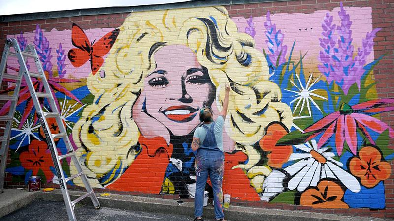Mural en honor a Dolly Parton en apoyo a Black Lives Matter