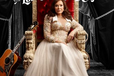 Loretta Lynn rinde tributo a las mujeres en el country con Still Woman Enough