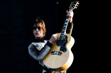 Richard-Ashcroft-versiona-a-John-Lennon-con-Bring-On-The-Lucie-FREDA-PEEPLE
